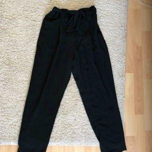 Svarta byxor med knytning i midjan från H&M. I jättebra skick! Kan fraktas mot kostnad ☺️