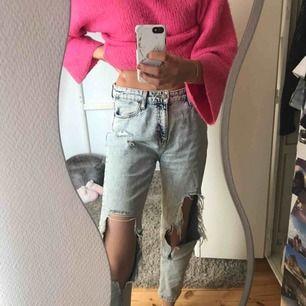 köpt från urban outfitters för 1200 kr 2017, man kan sy ihop hålen om man önskar ha lite mindre hål, mom jeans modell