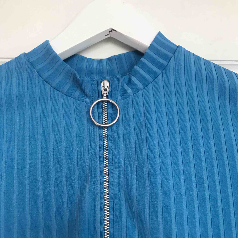 En tight blå klänning som är typ lite ribstickad. En liten högre krage och dragkedja, slutar typ på mitten av låret. Skitsnygg verkligen men får tyvärr för lite användning hos mig. 🤩👍🏼😊 Kan mötas i Göteborg eller står köpare för frakt. . Klänningar.