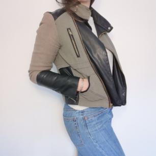 Snygg grön jacka i bikermodell. Svarta skinndetaljer och guldfärgade dragkedjor. I storlek S, köpt på Zara i Dubai. Perfekt vårjacka!