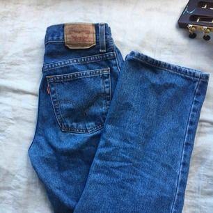 vintage levis jeans, rak modell men formar kroppen snyggt:-)