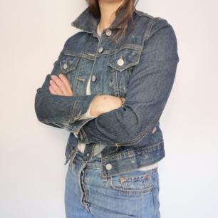 Skitsnygg jeansjacka från H&M. 100% bomull och i storlek S. I väldigt fint skick, perfekt vårjacka!