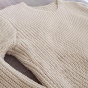 En fin vit stickad tröja från H&M. Den är i fint skick och är sparsamt använd. Lite oversized I modellen.   72% bomull 28% polyester
