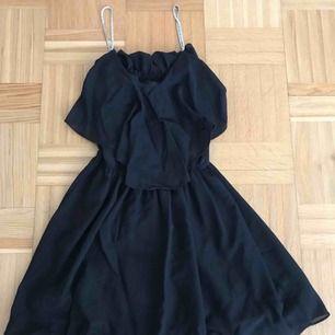 Svart klänning med straps av silvriga stenar. Köpt i New Look