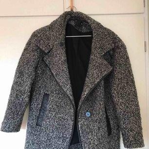 Grå vinterjacka med läderdetaljer, köpt i H&M, fint skick