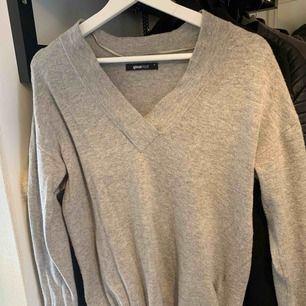 Stickad tröja från Gina tricot storlek s, öppen vid sidorna