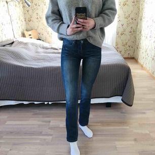 Fina blåa bootcut-byxor från Kappahl! Har varit en favvis i garderoben länge men har blivit lite korta :/ Superbra kvalité, väldigt sköna och har en bra passform.