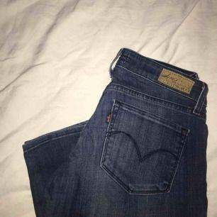 fina levis jeans i modellen skinny demi curve, framhäver ens former snyggt