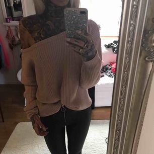 Stickad offshoulder tröja köpt här på plick, dock lite för stor för mig så testar sälja den vidare ✨ verkligen skitsnygg!  Frakten ingår i priset 🙏🏼