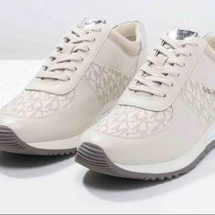 Säljer dessa superfina och sköna skor, Endast testade så prislapp och kartong finns kvar! Nypris: 1595kr. Finns i centrala Örebro, önskas frakt står köparen för kostnaden 🌸