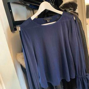Blå tröja från primark storlek 40 men använd av mig som är S. Beror på hur man vill att den ska sitta. Öppen i armarna på båda sidorna och rosett vid handleden.