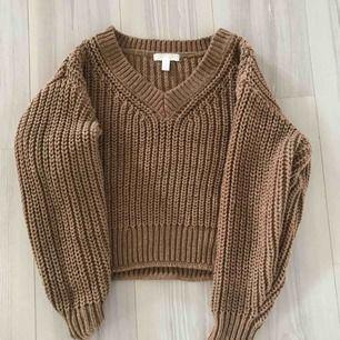 Stickad tröja från H&M som aldrig är använd förutom när den provades i provrummet. Priset kan diskuteras så hör gärna av dig vid intresse.