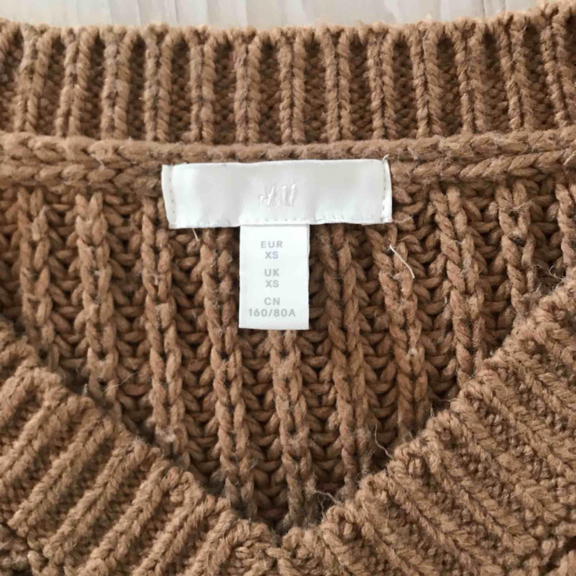 Stickad tröja från H&M som aldrig är använd förutom när den provades i provrummet. Priset kan diskuteras så hör gärna av dig vid intresse.. Stickat.