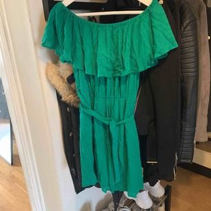 Grön offshoulder klänning från Nelly.com strl 36