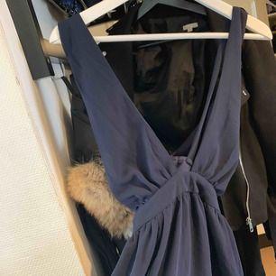 Oanvänd klänning från nelly.com i marinblå