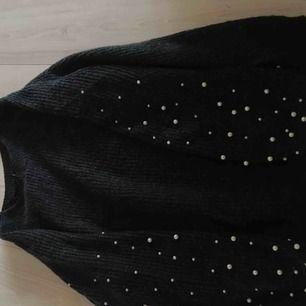 Mycket trendig stickad tröja med pärlor på armarna. Tröjan är i mycket bra skick då den knappt är använd. Den kommer från New Yorker