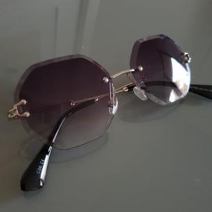 Retro solglasögon med lila inslag! Oanvända med så fina detaljer!