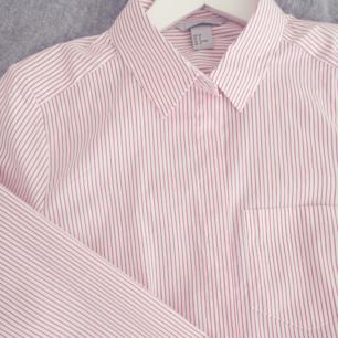 En fin skjorta från H&M. Är en storlek 38 men jag har vanligtvis storlek 36 och den sitter jättebra på mig. Något stretchig i materialet. Endast använd en gång så är som ny! Två extra knappar finns till den. 75% bomull 22%polyamid 3% elastan