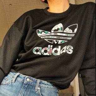 Adidas tröja. Knappt använd och säljes p.g.a för liten storleken.    Materialet är relativt tunt (se andra bilden)  Frankt tillkommer ;) samt pris kan diskuteras vid snabb och effektiv affär