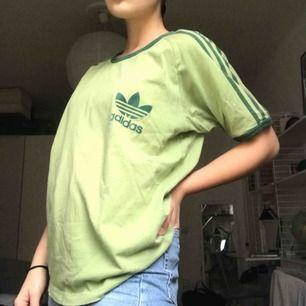 SUPERsnygg Adidas T-shirt i fint Retro skick. Oversized om man har strlk XS-M. I storlekarna uppåt sitter den annars lite tajtare. (Jag har storlek S). Köparen står för frakten⭐️