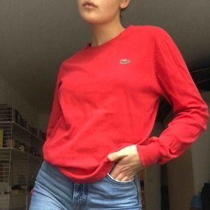 Så fin långärmad tröja från Lacoste. Älskar materialet då den påminner om en collegetröja i tunnare material. I bra skick (Retro)