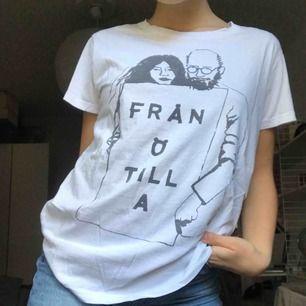 As snygg t-shirt från Örjan Andersson med ett coolt tryck. Jätte fint skick och en väldigt bekväm tröja. Köparen står för frakt💓
