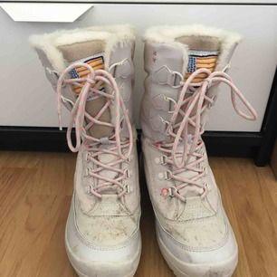 Slitage enligt bilderna, skorna är i övrigt i fint skick inuti. Frakt ingår i priset!