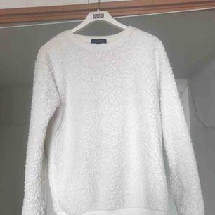 Teddy-sweater i strl 44/M - jag har den som en oversize. Bortklippt lapp men tror den är från Monki