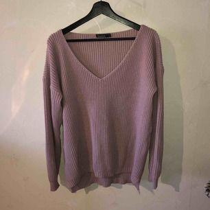 Stickad oversized tröja från Boohoo i en fin gammalrosa färg. Varmt mysigt material utan att kännas tjockt och klumpigt!