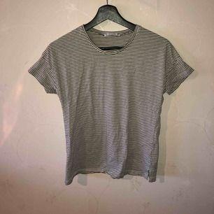Superskön randig t-shirt från Pull&bear. Liten slits nertill på båda sidor