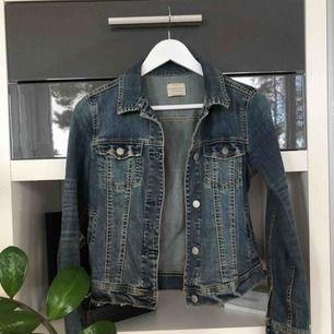 En klassisk jeansjacka från Mango. Sitter super snyggt på och har används ett fåtal gånger 🤩 frakt står köparen för!
