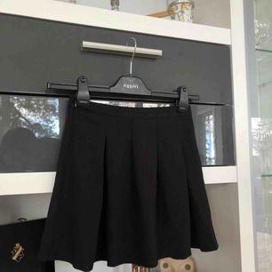 En liten svart volang kjol 😍 Köpte den i Italien så vet inte riktigt märket på den! Köparen står för frakt