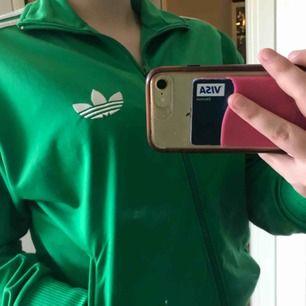 Skitsnygg Adidas kofta från herravdelningen vilket gör den oversized. Den är i bra skick men det har lossnat lite färg på den man stänger dragkedjan med. Fraktar endast, frakt ingår i priset! Vid snabb affär kan priset diskuteras:)