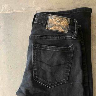 Ett par bootcut jeans från Crocker! De sitter verkligen jättefint på!😍 Använda men i bra skick. Köparen står för frakt