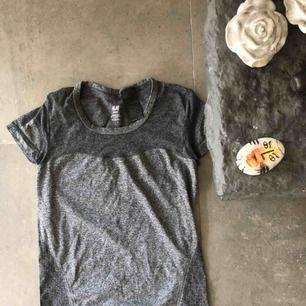 Grå tränings tröja från HM! Använd ett fåtal gånger & köparen står för frakt