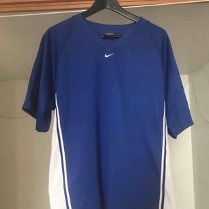 Oversized nike-tshirt. Passar även som klänning-ish. Max använt den 2 ggr