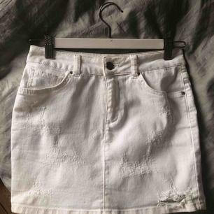 Sjukt snygg kjol från Bikbok i storlek S med slitningar, frakt på 36kr tillkommer