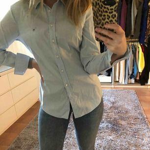 Säljer min Gant skjorta eftersom att det inte kommer till användning.  Köpte den på Gant affären på Frölunda Torg för ca 2-3 år sedan för 1000kr. den är använd max 3 gånger, priset kan diskuteras, kan mötas upp i Göteborg annars får köper stå för frakten.