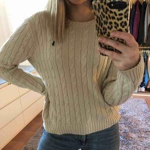 Säljer min Ralph Lauren tröja för kommer inte till användning längre, köpte den på NK i GBG för ca 1000kr för ungefär 3 år sedan. Den har en fläck på magen därav priset.. kan mötas upp eller står köparen för frakten.
