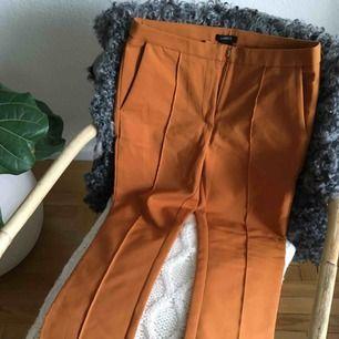 Camel/brandgula/rostfärgade tre kvarts byxor i mjukt stretchigt material.  Strl 36.  Älskar dom här byxorna men dom är tyvärr för små för mig, skulle köpt 38.. Aldrig använda, bäst att dom får ett nytt hem 🏡