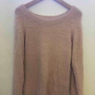 Super fin rosa stickad tröja! Lurvigt och supermysigt material. Går även att använda som offshoulder, superfint till svarta jeans bla. Använd fåtal gånger OBS kund står för frakt