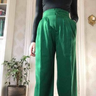 Ärtgröna kostymbyxor med fickor på sidorna, smal midja och raka ben. Uppsydda för att passa 170cm ca men går lätt att ta upp. Nyskick men saknar lapp pga det fucking kliar :D