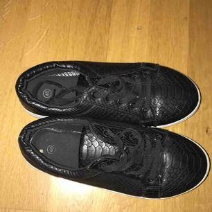 Svarta läder skor