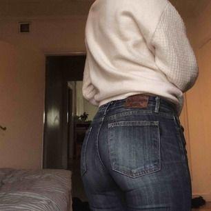 Snygga butcut jeans med hål på knäna som jag klippt själv. Köpta på JC