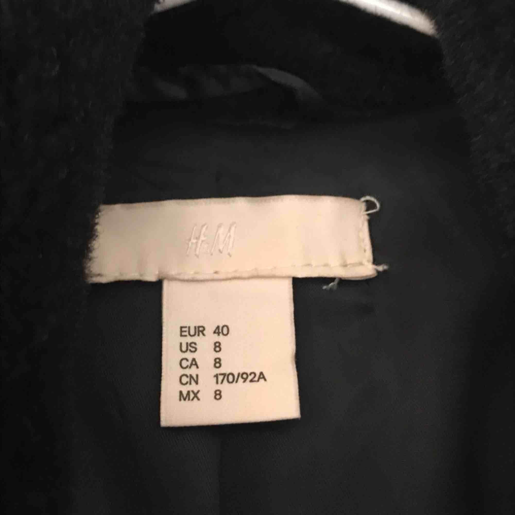 Superfin jacka från HM , använd bara ett fåtal gånger. Den slutar vid rumpan ungefär beroende på hur lång du är. Passar alltifrån de som bär storlekarna 38-42.  Frakt ingår . Jackor.