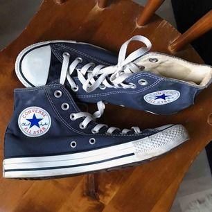 Mörkblå converse, använda få gånger så är i fint skick!