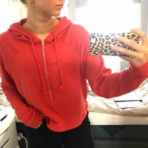 Orange/röd hoodie som aldrig är använd. Köpare står för frakt!😊