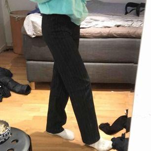 Randiga marinblåa raka kostymbyxor, Köpta från second hand