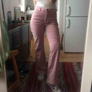 Rosa vida manchester/sammetsbyxor med hög midja i stl 38, tyvärr för stora för mig. Frakt 63 kr.