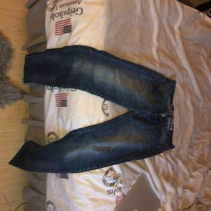 Blåa jeans från bik bok i nyskick! Kommer ej till användning där av säljes de! Lite lösa nere vid fotlederna men en tajt modell
